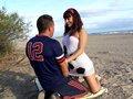 Couple exhibitionniste qui s'emboite sur une plage