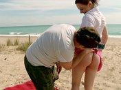 sexe Tina Kay se fait accoster l'abricot sur une plage