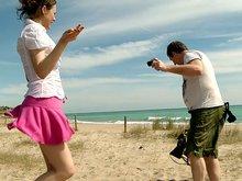 Tina Kay se fait accoster l'abricot sur une plage