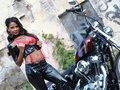 en lingerie sexy ou entièrement nue sur sa Harley