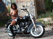 Isabella sur sa grosse Harley