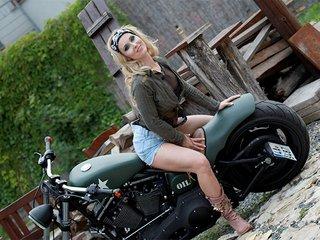 Alyssia strip comme une acrobate - Zlex.eu | Du sexe � volont�