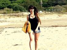 Belle brune prend une faciale sur une plage