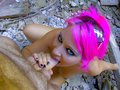 Sabrina miss gros lolos aux cheveux roses fornique dans un taudis