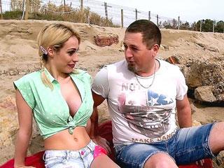 Il nique une meuf à gros seins sur une plage