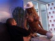 Strip d'une blonde voluptueuse qui finit en culbute