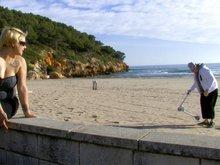 Blondinette bien en chair se fait explorer les trous sur une plage