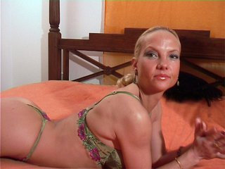 Magda la blondasse qu'on laboure sur un lit
