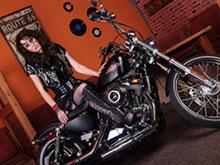 Belle brune aux aguets sur sa Harley
