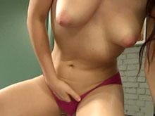 Striptease hypnotique d'une webcameuse lubrique