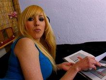 Katy la belle blondinette se fait explorer l'abricot
