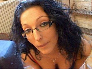 Video porno Angels et Laureen se bouffent la moule sur leur canap