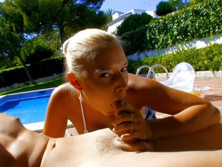 Mallory offre ses trous dans l'arrière cour d'une villa