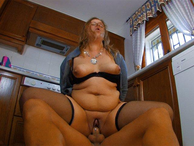 Grossa donna delle pulizie matura si fa inchiappettare in cucina
