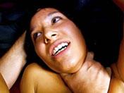 Dolce se fait stimuler l'anus par une grosse teub
