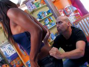 Venditrice di colore in doppia penetrazione nel suo negozio