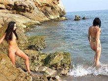 Barbara et Angelina se bouffent la moule en bord de mer