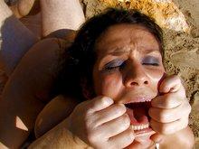 Latina au cul d'enfer tronchée sur une plage par un branleur
