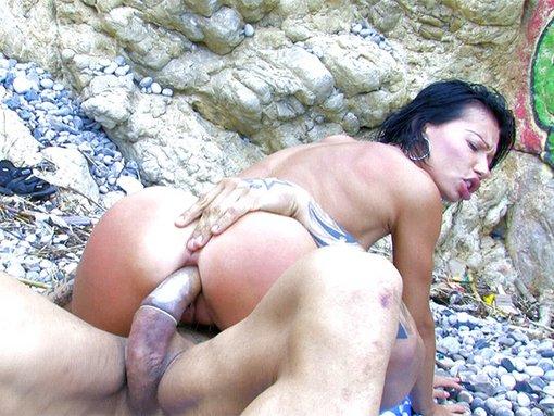 Mademoiselle Justine se fait démonter sur une plage ibérique
