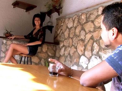 Naty se fait pilonner le cul sur une table