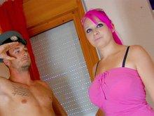 Miss cheveux rose fornique avec un andalou