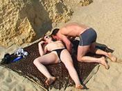 Allongé sur le sable, la bite dans le cul d'Emmy