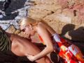 Molly Wood se faire ouvrir l'anus sur une plage