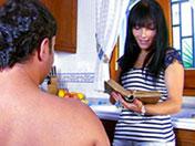 Belle ménagère se faire prendre dans sa cuisine
