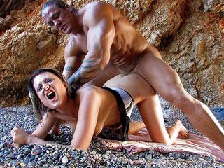 Il démonte une grosse chienne dans une grotte