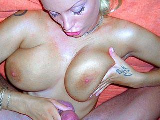 Plan baise avec une belle blonde à forte poitrine