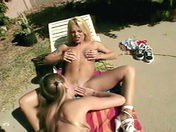 2 PomPom Girls lesbiche scopano al sole !  video xxx