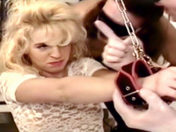 La primera escena de Dolly Golden!  Del Gang-Bang Violento ! video porno