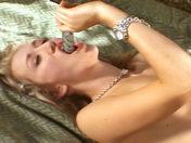 Une jeune salope se gode jusqu'à l'orgasme