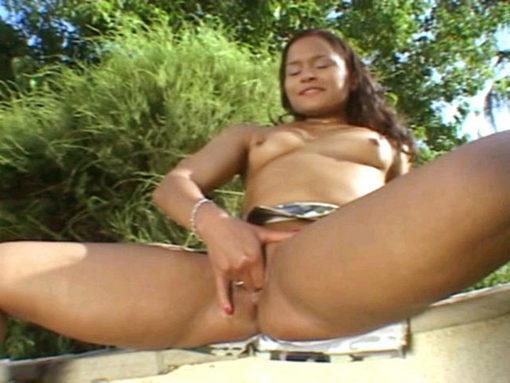 Jeune latina se gode dans un jardin Public !!!