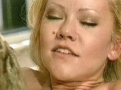 Una  hermosa rubia cachonda  video sexo