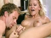 Una  hermosa rubia cachonda  video porno
