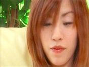 Yui Sarina jouit avec des cotons-tiges dans le cul !!!