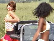 Video di sesso soft: Due ragazze nude in campagna ! video xxx