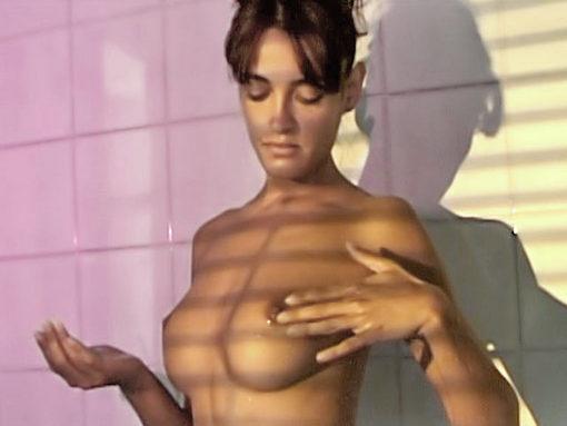 Vidéos de sexe Soft : Alice, s'habille de mousse sous sa douche !