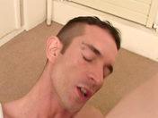 Il reçoit son propre sperme en bouche et il adore!