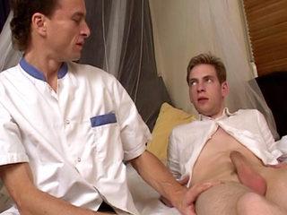 Un médecin pervers enculé par son patient