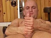 Vous connaissez bien sur HPG... LA STAR du porno français ;-) ! HPG est un beau mâle TBM, musclé et épilé... BI, et très très ouvert... d'esprit ;-). Entre deux livraisons de saucisse (on est dans le DVD le livreur de saucisse, pour ceux qui cherchent le scénario lol), HPG aime bien faire un peu de muscu pour se détendre... Hervé vous montre donc ses beaux muscles... et sa belle queue! Il nous fait une belle démo de branlette délirante, avec les machines de muscu... puis bien sur ses mains expertes ;-) ! Il est clair qu'il adore le sexe, et qu'il kiffe se branler jusqu'à juter ! Au finish, il jute sur ses mains, et prend même son propre sperme en bouche! Il goutte son sperme pour vous exciter ;-) ! Un grand moment de branle, comme on les aime !