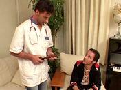 Un beau sportif passe à la visite médicale ;-) ! porno video gay