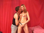 Une lesbienne engode un Keum gay avec son gode ceinture !