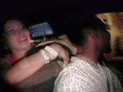 ¡Zorra borracha exhibiéndose en la banquilla de atrás de un taxi! videos adultos
