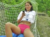 Una portiera troia si esibisce sul campo di calcio ! video porno