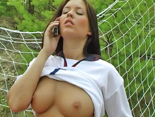 Une gardienne salope s'exhibe sur le terrain de foot !
