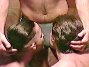 Trio hardcore avec un double gode video sexe gay