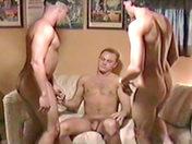 Trio hardcore avec un double gode sexe video gay