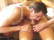 Trois mecs et un divan, beaucoup de possibilités... sexe video gay